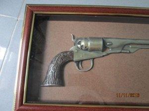 tranh trưng bày hình cây súng bằng kim loại rất đẹp