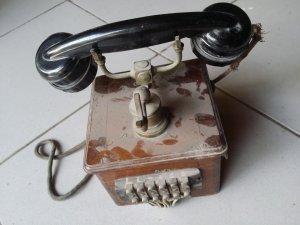 2 cái điện thoại quay số xưa
