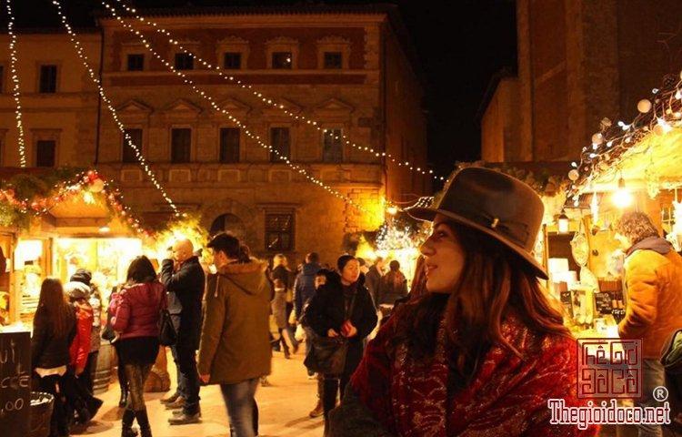 Không khí Giáng sinh đã tràn ngập trên đường phố Tây (P (6).jpg