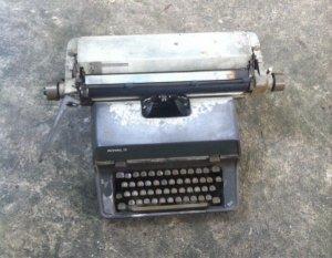 Máy đánh chữ băng nhôm nguyên lành nặng gần 20kg