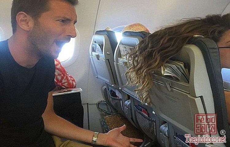 Những vị khách bá đạo trên máy bay (1).jpg