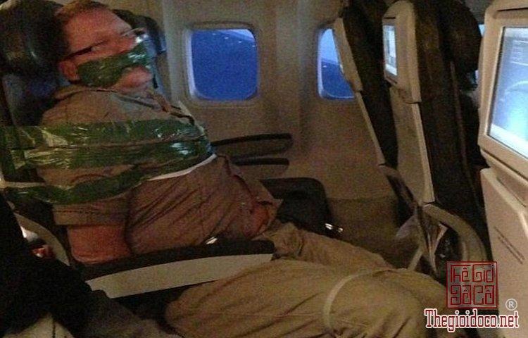 Những vị khách bá đạo trên máy bay (4).jpg