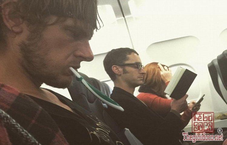 Những vị khách bá đạo trên máy bay (6).jpg