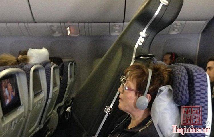 Những vị khách bá đạo trên máy bay (9).jpg