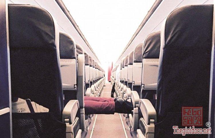 Những vị khách bá đạo trên máy bay (10).jpg