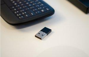 Lenovo 500 Multimedia Controller: bàn phím không dây nhỏ gọn tích hợp trackpad cảm ứng đa điểm