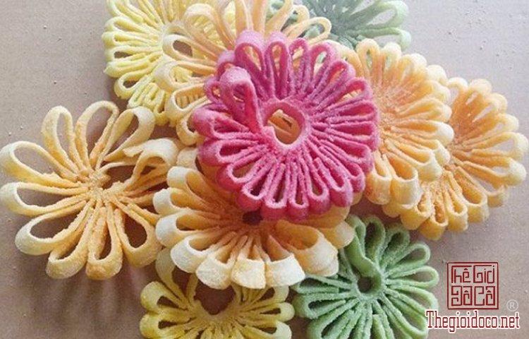 Cách làm mứt dừa hình hoa cúc đón Tết.jpg