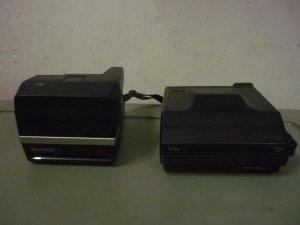 Cặp máy ảnh Polaroid xưa.