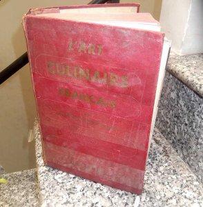 Sách dạy ẩm thực Pháp dày như tự điển 1044 trang từ năm 1969