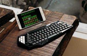 Trên tay bàn phím Mad Catz S.T.R.I.K.E M: nhỏ gọn, di động, có bàn rê chuột, kết nối 4 thiết bị
