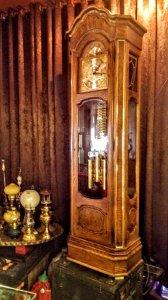 Đồng hồ cổ Howard Miller cao 2,2m. Gỗ Ôliu vàng, hàng cực hiếm, được giữ nguyên bản.