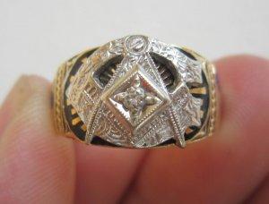 Nhẫn Masonic vàng 10k, 02 màu (vàng trắng – vàng vàng) đính hột xoàn thiên nhiên trắng sạch 2,7ly.