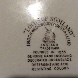 """Đĩa tranh sứ cổ của Anh với tác phẩm """"hồ nước Scotland"""""""