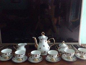 E bán bộ uống trà của Anh