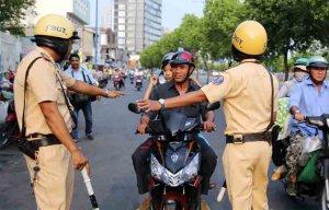 Những lỗi bị phạt tiền khi đi xe máy mọi người cần biết để tránh