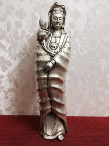 Tác phẩm: Quan âm hoa sen rất đẹp và độc đáo. Chất liệu: Đồng tráng bạc. Kích thước: Cao 28/08 nặng