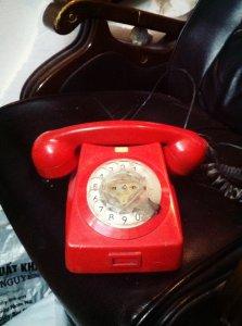 Điện thoại quay số vỏ đỏ Hungari - Nơi vinh quang trao tay