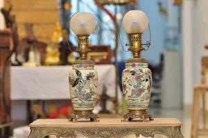 Cặp đèn dầu cổ Châu Âu hoa văn đẹp tinh tế, hàng hiếm