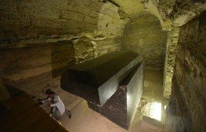 Những cỗ quan tài đen được phát hiện dưới lòng đất cách kim tự tháp Ai Cập 12km
