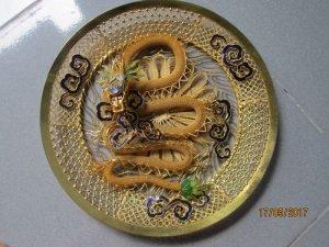 dĩa kim loại nhủ vàng hình rồng trưng bày rất đẹp