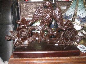 Tượng gỗ đại bàng và hoa hồng của Nga