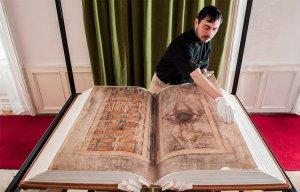 """Bí ẩn chưa có lời giải quanh cuốn """"Kinh Quỷ dữ"""" (Giant Book)"""