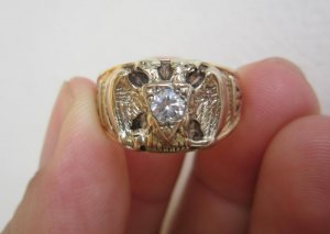 Nhẫn Masonic vàng 02 màu đính hột xoàn nhân tạo 4,5ly, nhẹ gam nhưng form to hoành tráng.