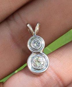 Mặt dây chuyền vàng 14k - Đính hai viên 2,9ly và 4ly - Nặng: 1,56 gam