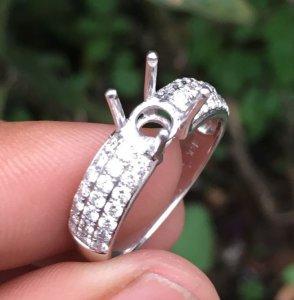 Vỏ nhẫn nữ, vàng ngoại 14k - Ổ chủ 5-6ly và xung quanh đính 42 viên 1,7ly