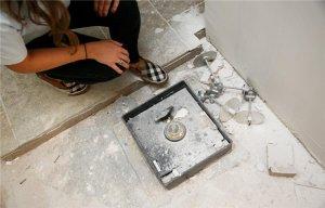 Phát hiện két sắt kho báu chứa 51.000 USD khi sửa chữa nhà bếp