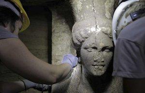 Phát hiện được bức tượng canh gác cho ngôi mộ nghi là của Alexander Đại đế tại Hy Lạp