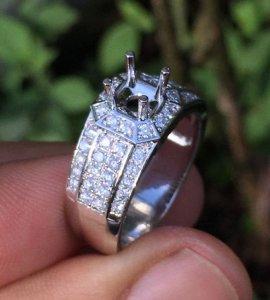 Vỏ nhẫn nam, vàng ngoại 14k - Ổ chủ 5-6ly và xung quanh đính khoảng 52 viên 1,4ly