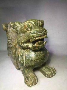 Gối ngọc bích cổ thời Nhà Hán;hai đầu tạc hổ hoa văn chữ Thọ.