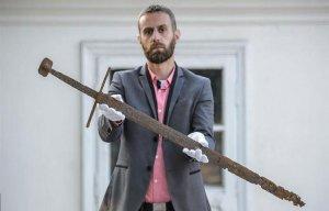 Phát hiện thanh kiếm của hiệp sĩ Ba Lan 600 năm tuổi dưới đầm lầy