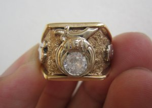 Nhẫn Masonic 02 màu (vàng trắng – vàng vàng) đính hột xoàn nhân tạo 6,3ly, kiểu dáng độc lạ.