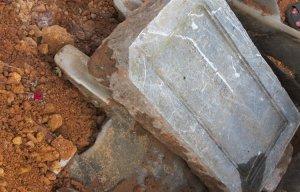 Phát hiện lăng mộ của vợ một vị vua triều Nguyễn tại bãi xe