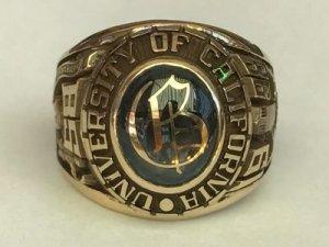 Con vàng 14k. Đại học 1998 Hột xanh trơn logo chữ B khảm vàng rất đẹp.