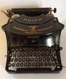 Máy đánh chữ đang bán tại Mỹ kính các bác tham khảo :