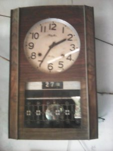Đồng hồ Rhythm (Japan) xưa,có lịch ,lấy dây cót chạy được 30 ngày,30 phút gỏ 1 lần ,máy còn zin