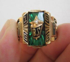 Nhẫn vàng 10K vuong xanh tia gắn huy hiệu và hột xoàn thiên nhiên