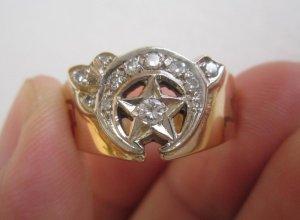 Nhẫn Masonic vàng 14K 02 màu (vàng trắng – vàng vàng) đính hột xoàn thiên nhiên.