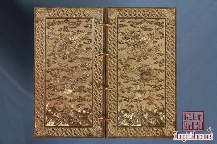 Bao-vat-hoang-cung -Kim-sach-trieu-Nguyen-(1802-1945)-lan-dau-duoc-trung-bay (1).jpg