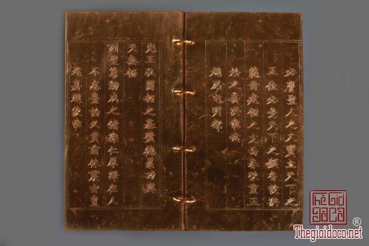 Bao-vat-hoang-cung -Kim-sach-trieu-Nguyen-(1802-1945)-lan-dau-duoc-trung-bay (3).jpg