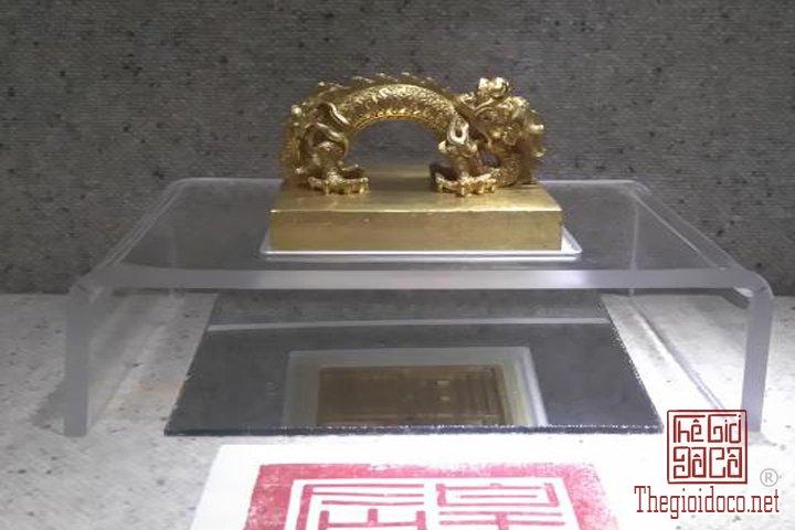 Bao-vat-hoang-cung -Kim-sach-trieu-Nguyen-(1802-1945)-lan-dau-duoc-trung-bay (8).jpg