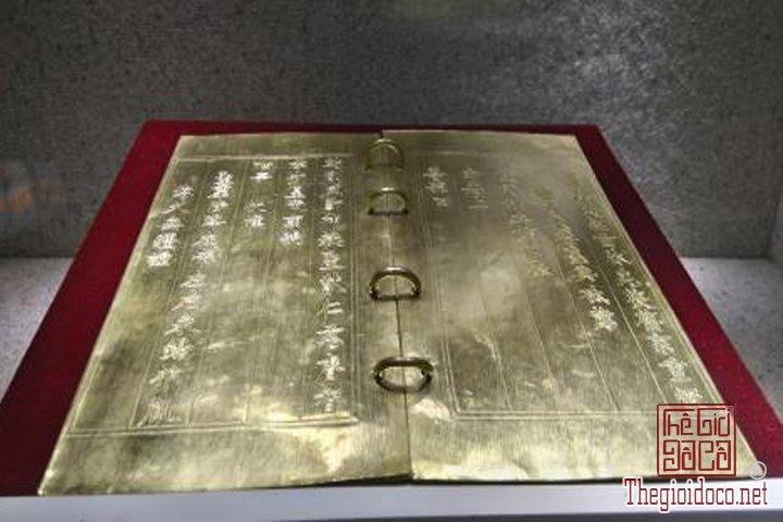 Bao-vat-hoang-cung -Kim-sach-trieu-Nguyen-(1802-1945)-lan-dau-duoc-trung-bay (10).jpg