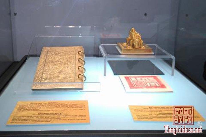Bao-vat-hoang-cung -Kim-sach-trieu-Nguyen-(1802-1945)-lan-dau-duoc-trung-bay (12).jpg