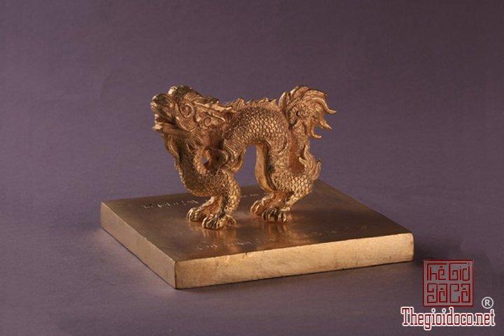 Bao-vat-hoang-cung -Kim-sach-trieu-Nguyen-(1802-1945)-lan-dau-duoc-trung-bay (14).jpg