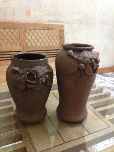 Cặp lọ gốm cũ hoa văn nổi cao 20 va 23cm