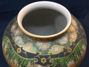 Bình hoa Kutani, vẽ Trúc Lâm Thất Hiền,1 bên vẽ phong cảnh Chùa. Vẽ tay và gấm hoa Cúc. Vàng 24k.