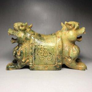 Gối ngọc bích cổ thời Nhà Hán;hai đầu tạc hổ hoa văn chữ Thọ